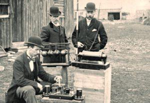 Marconi seadmega sidepidamine postkontori ukse ees